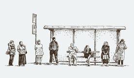 Habitantes urbanos en la parada de autobús Fotos de archivo