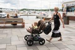 Habitants d'Oslo appréciant sur Aker Brygge Photos libres de droits