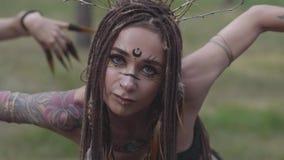 Habitants de forêt dansant dans les bois danse chaude, se déplaçant simultanément, arquant leurs corps Fées de forêt, dryades ded banque de vidéos