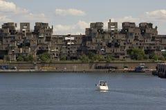 Habitat 67 door Heilige Lawrence River in Montreal stock foto