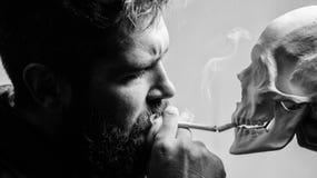 Habitudes nuisibles D?truisez votre sant? Le fumage est nuisible Habitude pour fumer le tabac pour apporter le mal ? votre corps  photos libres de droits