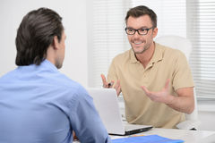 Hablar de negocio. Dos hombres de negocios confiados dicussing Imagen de archivo