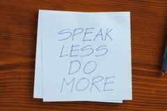 Hable hacen menos escrito más en una nota Foto de archivo libre de regalías