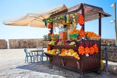 Hace compras con los zumos de frutas frescas en Akko, Israel Fotos de archivo