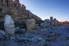 - hace la montaña de Nemrut tan valiosa; Localizado en la tumba antigua, las esculturas monumentales, los restos arquitectónicos  foto de archivo
