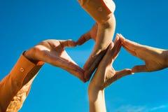 Hace las manos que forman el corazón Fotografía de archivo libre de regalías
