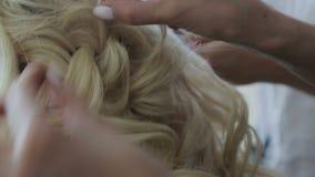 Hacen a la muchacha con su pelo almacen de metraje de vídeo