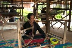 Hacen Lua Hill Tribe que la minoría está haciendo girar carretes de bambú en T Fotos de archivo libres de regalías