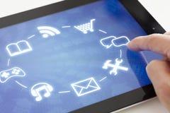 Hacer clic en una tableta con el interfaz de la pantalla táctil imagenes de archivo