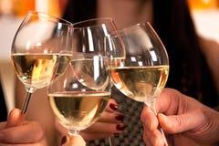 Hacer clic los vidrios con el vino blanco. Imágenes de archivo libres de regalías