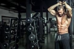 Hacer ejercicio de arriba de la extensión de la cuerda del tríceps Fotografía de archivo