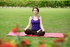Hacer ejercicios de la yoga Imagen de archivo libre de regalías