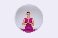 Hacer ejercicios de la yoga en estudio creativo Foto de archivo libre de regalías