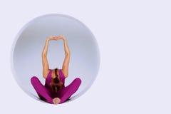 Hacer ejercicios de la yoga en estudio creativo Imagen de archivo libre de regalías