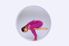 Hacer ejercicios de la yoga en estudio creativo Fotos de archivo libres de regalías