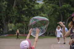 Hacer estallar la burbuja de jabón Foto de archivo libre de regalías