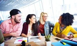 Hacer frente a concepto de la comunicación de la reunión de reflexión de la discusión que habla imagen de archivo libre de regalías