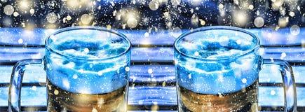 hacer la cerveza a mano Dos tazas de Año Nuevo de la cerveza, la Navidad Imagenes de archivo