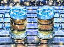 hacer la cerveza a mano Dos tazas de Año Nuevo de la cerveza, la Navidad Foto de archivo libre de regalías