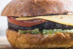 Hacer la hamburguesa a mano Imágenes de archivo libres de regalías