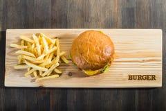 Hacer la hamburguesa a mano Fotografía de archivo libre de regalías