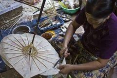 Hacer los paraguas típicos de Myanmar Fotos de archivo