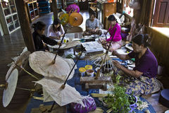 Hacer los paraguas típicos de Myanmar Imágenes de archivo libres de regalías