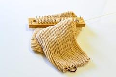 Hacer punto la bufanda por hecho a mano Imagen de archivo libre de regalías