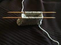 Hacer punto un monedero en agujas de bambú Doble-acentuadas Foto de archivo libre de regalías