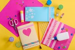 Hacer tarjetas de felicitación hechas a mano foto de archivo libre de regalías