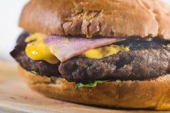 Hacer una hamburguesa a mano Imagen de archivo