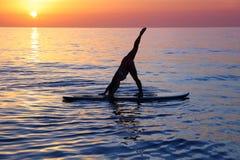 Hacer yoga en la playa Fotografía de archivo libre de regalías