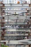 Haces de acero y andamios de los bambúes en Shangai de rápido crecimiento, consecuencias de resonar económico fotografía de archivo