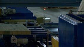 Haces de madera que se mueven en la máquina en taller almacen de metraje de vídeo