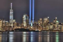 Haces de 9/11 monumento con la estatua de Liberty Between Them y del Lower Manhattan imágenes de archivo libres de regalías