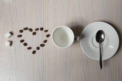 Haces del café, azúcar, cucharada y taza, visión desde arriba; Fotografía de archivo