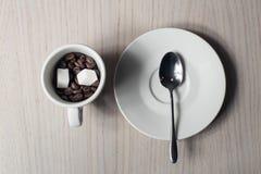 Haces del café, azúcar, cucharada y taza, visión desde arriba; Foto de archivo