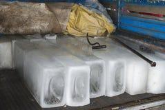 Haces grandes del hielo y de las herramientas para manejarlas. foto de archivo libre de regalías