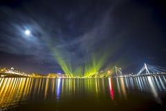 Haces luminosos sobre Daugava del río Foto de archivo