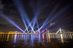 Haces luminosos sobre Daugava del río Imagen de archivo