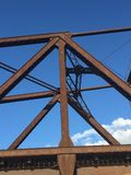 Haces oxidados del hierro de un puente en Milwaukee Imágenes de archivo libres de regalías