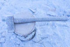 Hacha cubierta con nieve Productividad disminuida estancamiento foto de archivo