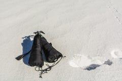 Hacha de hielo con las manoplas en nieve Imagen de archivo libre de regalías