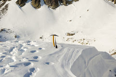 Hacha de hielo en la nieve Fotografía de archivo
