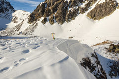 Hacha de hielo en las montañas Imagenes de archivo