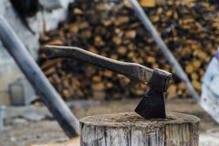 Hacha del trabajo en el fondo de madera Foto de archivo libre de regalías