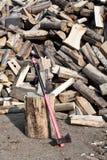 Hacha en el fondo de madera Fotografía de archivo libre de regalías