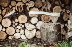 Hacha en el registro de madera Imágenes de archivo libres de regalías