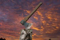 Hacha en el tocón Foto de archivo libre de regalías