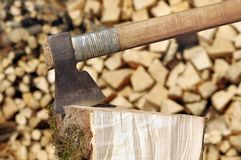 Hacha en la madera Imagen de archivo libre de regalías